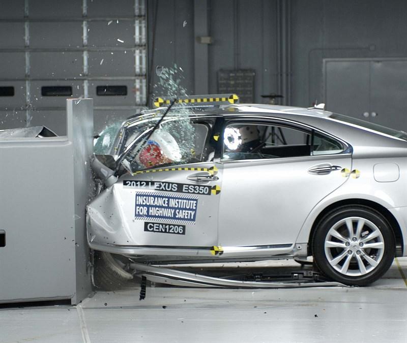 2012_Lexus_ES350_Small_Overlap_1