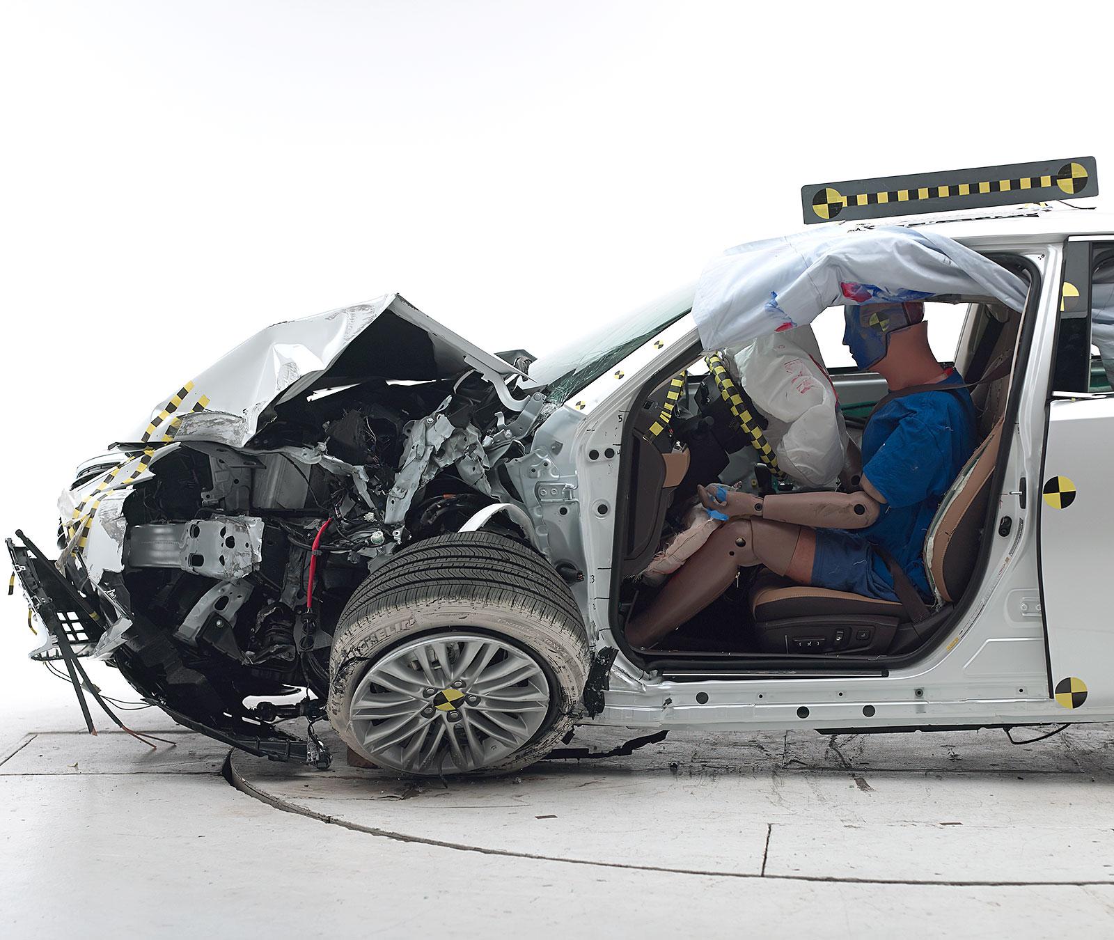 2016_Lexus_ES_IIHS_Small_Overlap_2