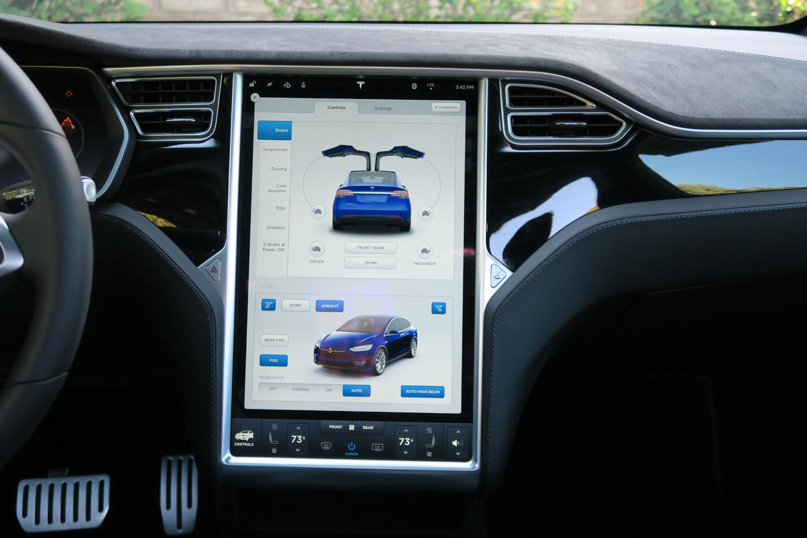 2016_Tesla_Model_X_4